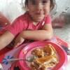 Naila, una peque que vive sola con su mami en paro, recibe un carro de comida y es feliz