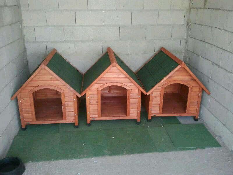 Menuda vida de perros dona 3 casetas para los perros y una for Casetas para guardar cosas